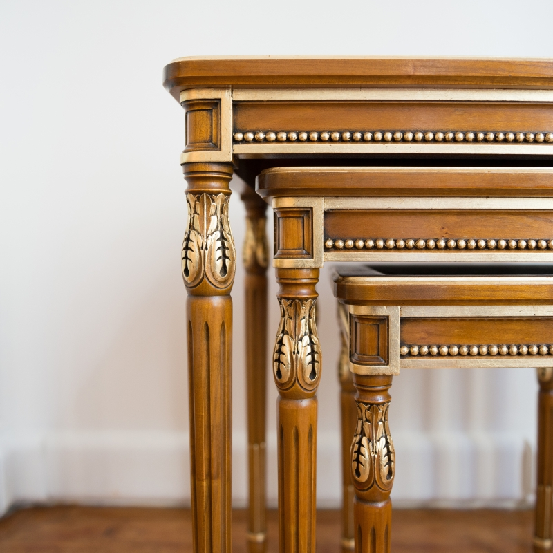 Lounge table Gigogne carved Louis XVI style